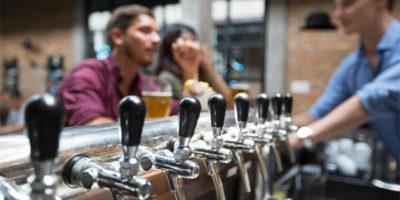 Tradycyjne angielskie puby – jak wyglądają od środka?
